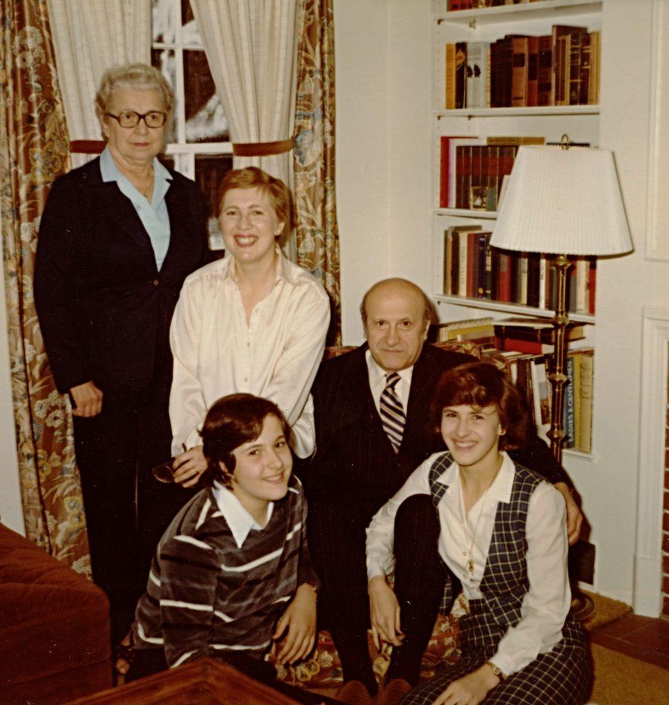 Barbara-v-bile-kosili-s-matkou-obema-dcerami-a-manzelem-Vaclavem-v-roce-1980-v-Illinois.jpg