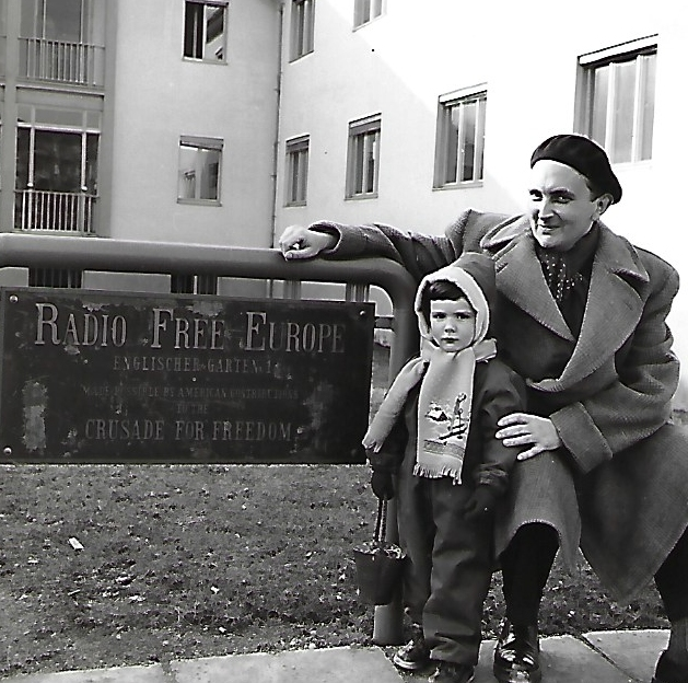 Jaroslav Dresler s dcerou před budovou Rádia Svobodná Evropa v Mnichově
