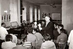 Muzikoterapie v nemocnici U Apolináře v Praze, prosinec 1977 (zappnr za klavírem)