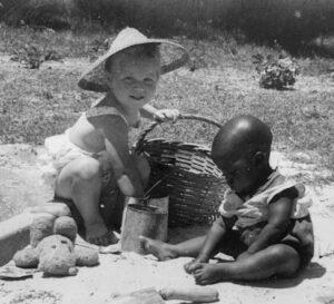 při dětských hrách v písku v Jižní Africe
