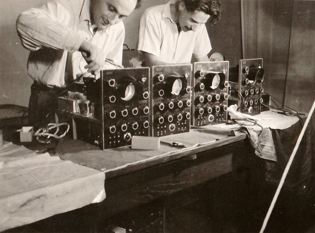 otec Richard vyrábějící před válkou osciloskopy